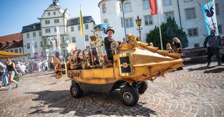 Im «Steam-Punk»-Stil: mit einem  Fantasy-Fahrzeug durch Bad Mergentheim.