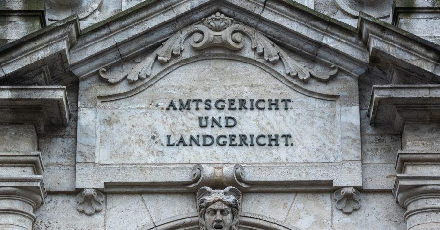 Das Justizgebäude in Regensburg. Eine 25 Jahre alte Frau muss sich dort wegen der Tötung ihrer neugeborenen Tochter verantworten.