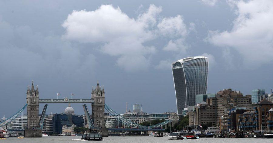 Die Tower Bridge steckt aufgrund einer technischen Störung in geöffneter Position fest.