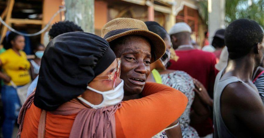 Nach dem Erdbeben der Stärke 7,2 in Haiti weinen Angehörige während der Suche nach Vermissten. Die Zahl der Todesopfer ist inzwischen auf über 1200 gestiegen.