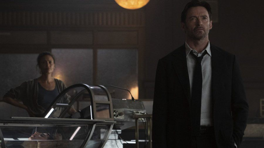 """Watts (l., Thandiwe Newton) und Nick Bannister (Hugh Jackman) verdienen sich in """"Reminiscence"""" ihren Lebensunterhalt damit, alte Erinnerungen erneut erlebbar zu machen. (wag/spot)"""