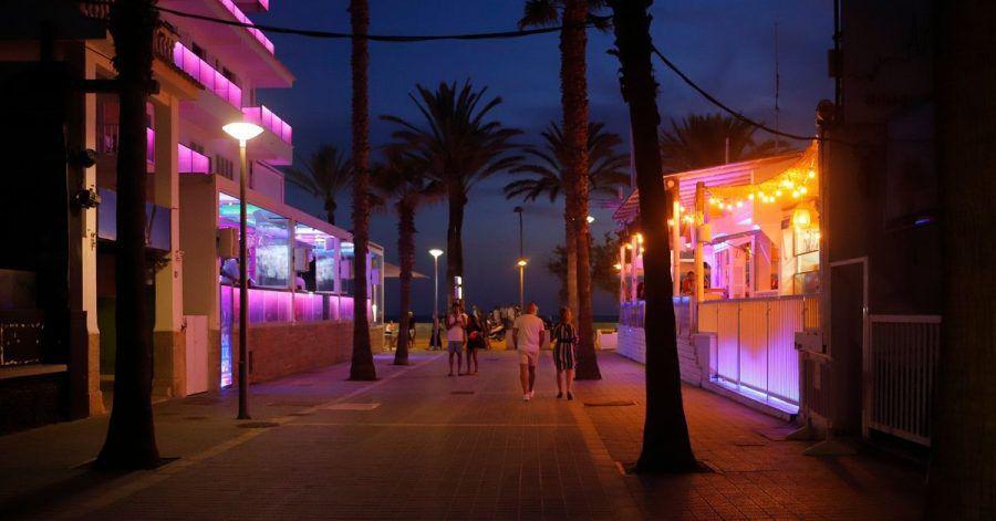 Die sogenannte Bierstraße ist eine bei Touristinnen und Touristen beliebte Vergnügungsmeile auf Mallorca - jetzt wurde sie zum Tatort. (Archivbild)