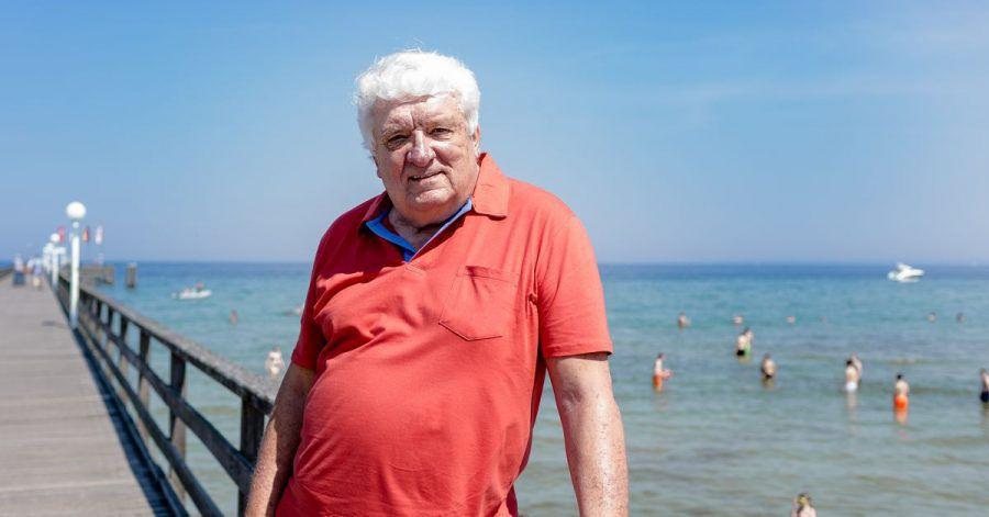 Hans Meiser auf der Seebrücke an der Ostsee: Der ehemalige Fernsehmoderator lebt jetzt da, wo andere Urlaub machen.
