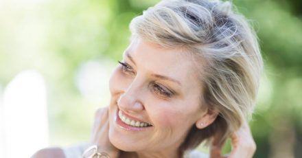 Im Alter werden die Haare meist spröde und verlieren an Glanz und Kraft. Die richtige Ernährung und Pflege können hier oft viel bewirken.