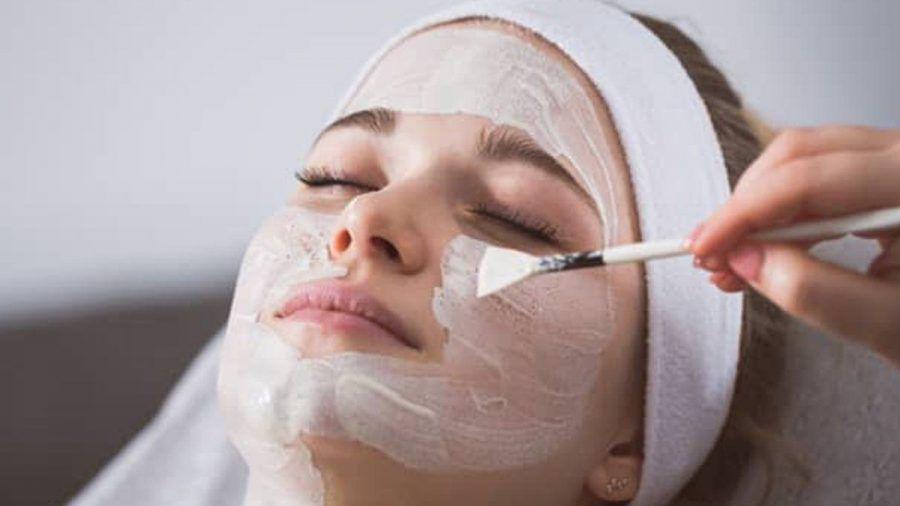 Enzympeelings lösen alte Hautschüppchen und schonen dabei die Haut. (ncz/spot)