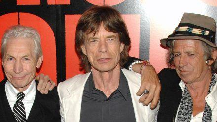 Mick Jagger (M.) und Keith Richards (re.) trauern um Charlie Watts. (tae/spot)