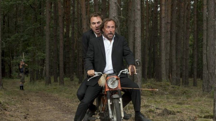 """25 km/h"": Georg (Bjarne Mädel, v.) und Christian (Lars Eidinger) müssen flüchten. (cg/spot)"