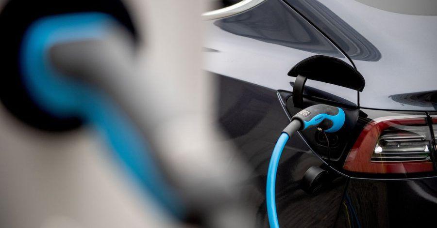 Strom statt Sprit: Was bedeutet der Unterschied bei der Energiequelle für die Brandgefahr von Autos?
