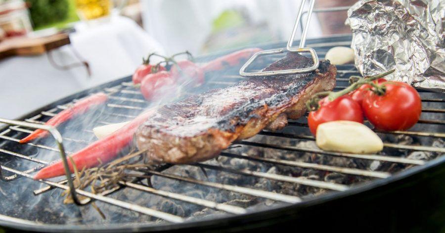 Bitte stellen Sie das Rauchen ein. Steaks grillt man lieber nur kurz in der größten Hitze und parkt sie dann am kühleren Rand.