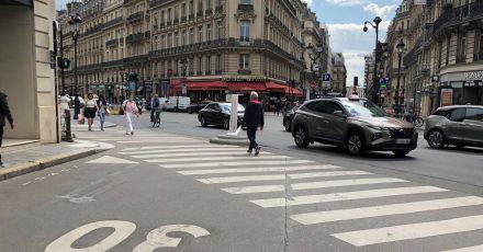 Auf einer Straße im Zentrum von Paris gilt Tempo 30. Ab dem 30. August 2021 wird diese Geschwindigkeitsbegrenzung in der französischen Hauptstadt großflächig eingeführt.