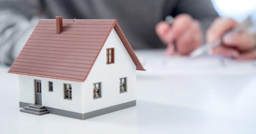 Lieber erst das Grundstück und dann das Haus kaufen - für künftige Eigentümer ist das die sicherere Variante.