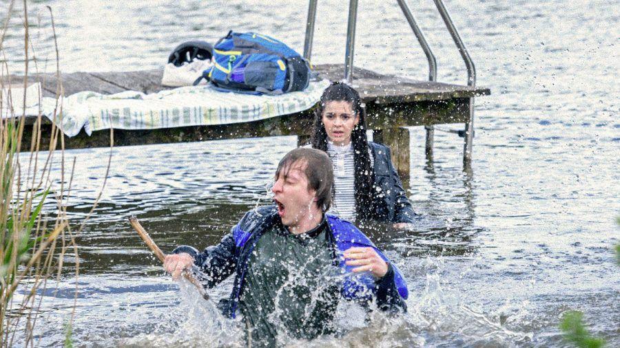 """""""Sturm der Liebe"""": Beim Versuch eine Hummel zu retten, landen Gerry und Shirin im Wasser. (cg/spot)"""