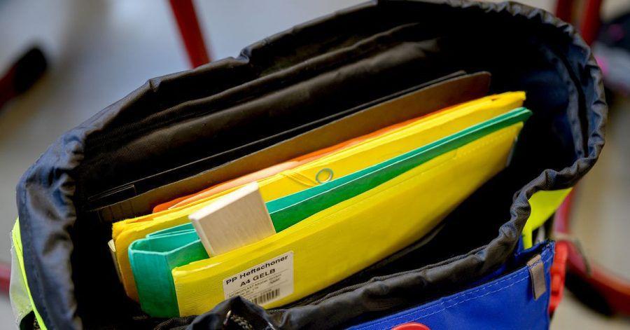 Statt Kunststoff empfehlen Verbraucherschützer für Hefte und Schnellhefter Recyclingpapier mit dem Umweltzeichen Blauer Engel.