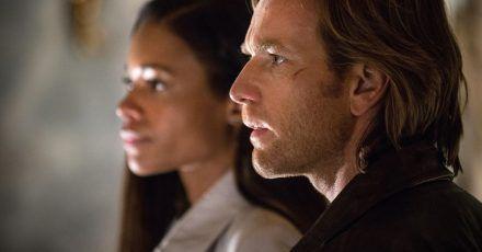 Perry (Ewan McGregor, r) und Gail (Naomie Harris) wollen einer Familie helfen, die sich in Lebensgefahr befindet.