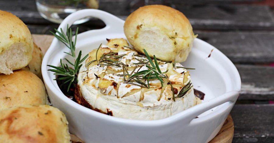 Die einzelnen Hefebrötchen backen im Ofen zusammen und werden dann passend zum Ofenkäse aus Camembert oder Bergbauernkäse auseinandergezupft.