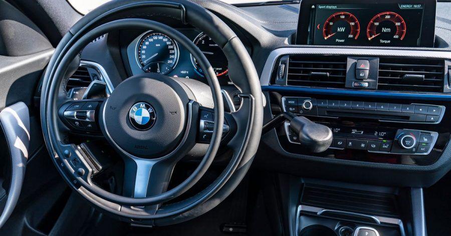 Dirigieren mit den Händen: Tina Schmidt-Kiendl bedient ihren BMW mit einem zusätzlichen Ring fürs Gas und einem Hebel für die Bremse.