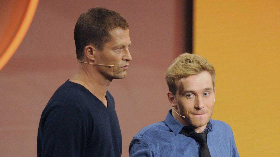 Til Schweiger (l.) und Samuel Koch bei einem gemeinsamen TV-Auftritt im Jahr 2014. (stk/spot)