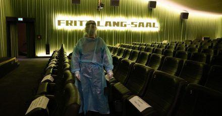 Ein Kino in Dresden bietet in seinem Foyer einen Antigen-Schnelltest an.