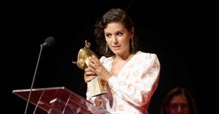 Sängerin Katie Melua mit ihrem Preis auf der Bühne in Bonn.
