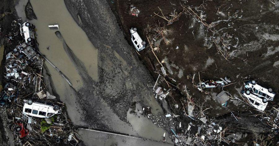 Das Luftbild zeigt umgestürzte Autos inmitten von Zerstörungen nach Überschwemmungen in der Türkei.