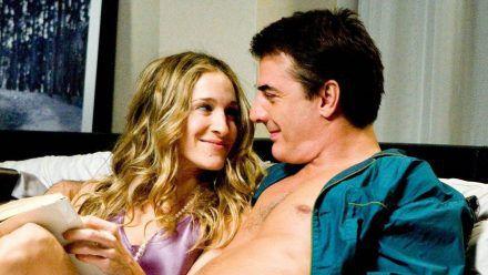 """Carrie (Sarah Jessica Parker) und Mr. Big (Chris Noth) landeten auch in """"Sex and the City"""" öfter zusammen im Bett. (ili/spot)"""