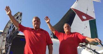 Ata (l) und Chamis al-Sairafi wollen in dem Flugzeug Boeing 707 ein Restaurant eröffnen.