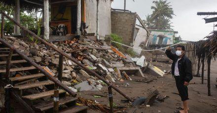 Ein Mann steht vor den Trümmern seines Hauses in Mexiko.