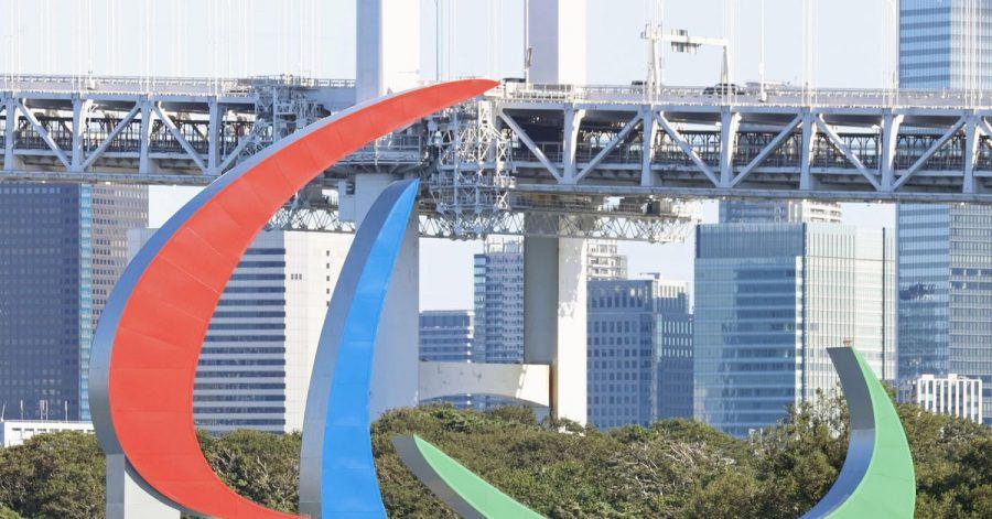Die drei paralympischen Agitos, das Symbol der Paralympische Spiele, schwimmen im Hafenviertel Odaiba.