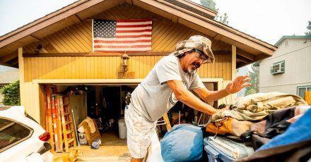 Michael Posadas bereitet sich nahe des Lake Tahoe auf die Evakuierung vor. Das beliebte kalifornische Ausflugsgebiet ist von schnell um sich greifenden Waldbränden bedroht.
