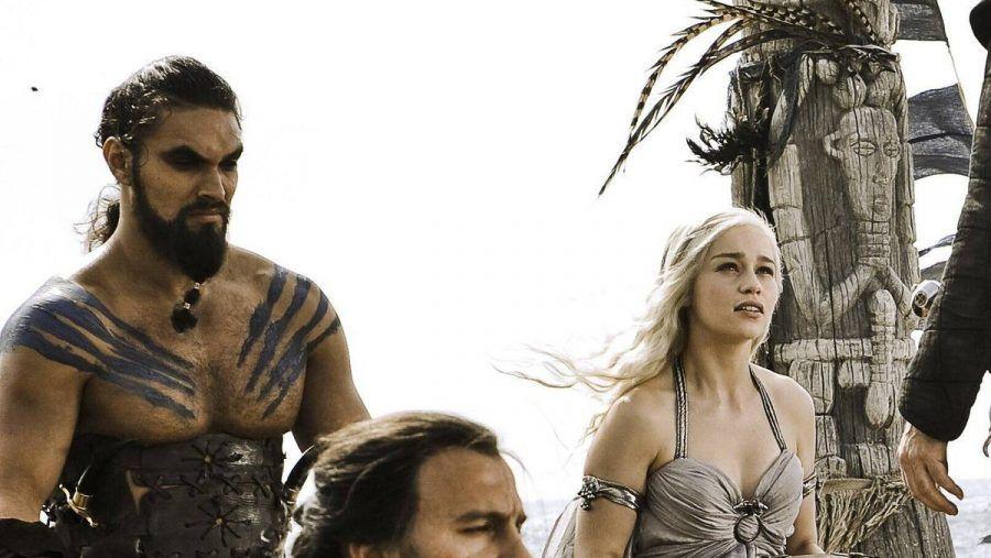"Jason Momoa (l.) und Emilia Clarke in ""Game of Thrones"". (ili/spot)"