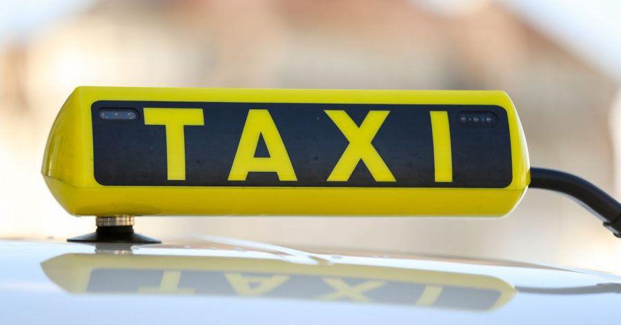In einem Taxi in Mönchengladbach ist es wegen zwei Knoblauchpizzen zu einem handfesten Streit gekommen.