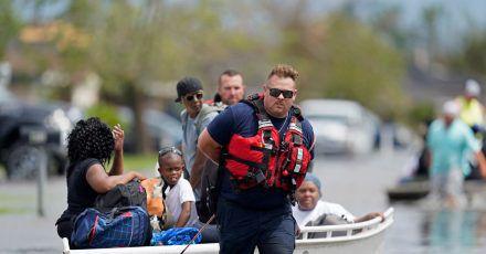 Rettungskräfte evakuieren Menschen nach Hurrikan «Ida» aus den Fluten in New Orleans, Louisiana.