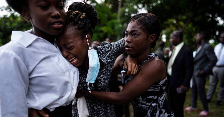 Eine Frau weint während der Beerdigung eines Angehörigen in Les Cayes, der bei dem Erdbeben ums Leben kam.