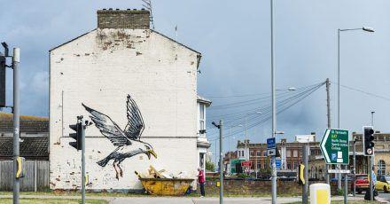 Undatiertes Handout-Foto eines der neuen Werke von Banksy an der Seite eines Hauses in Lowestoft.