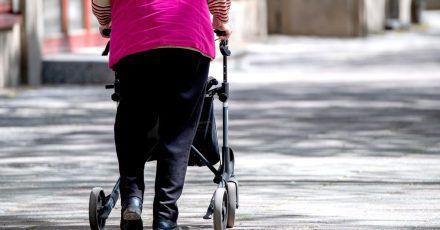 Ältere Menschen haben oft mit geschwollenen Füßen und Beinen zu kämpfen.