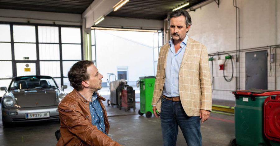 Rudi Mandl (Harald Schrott, r) mit Peter Palfinger (Florian Teichtmeister) in der Firmenwerkstatt.