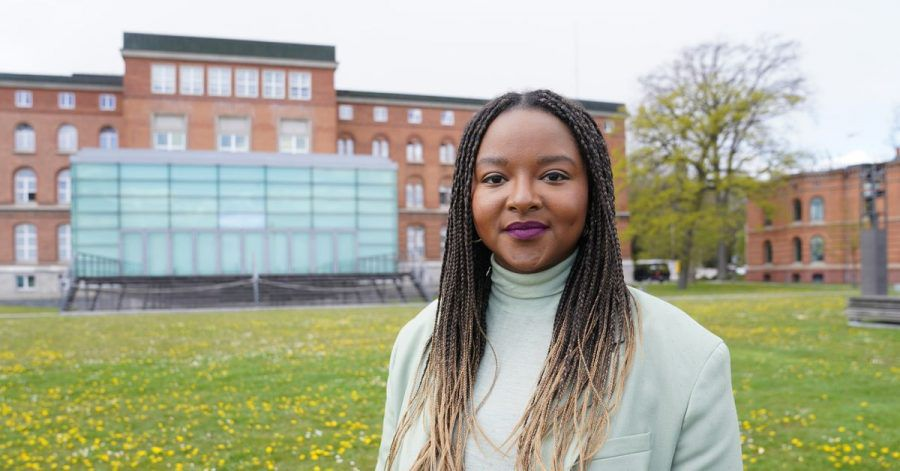 Aminata Touré (Bündnis 90/Die Grünen) vor dem Landtag in Kiel.
