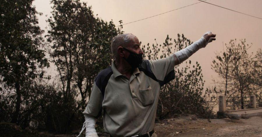 Ein Mann flieht aus einem Dorf in der Nähe von Tizi Ouzou, etwa 100 km östlich von Algier.