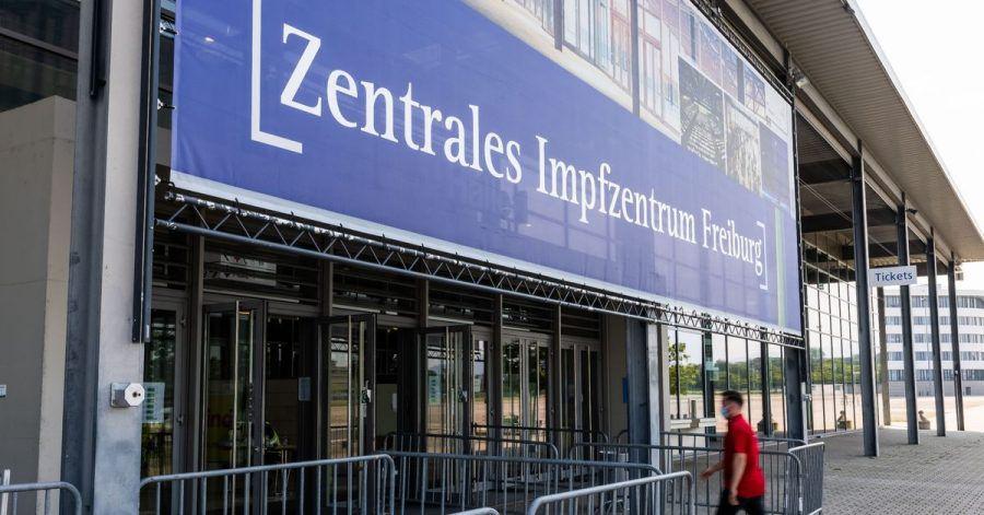 Ein Mann geht auf den Eingang des Zentralen Impfzentrum Freiburg zu.