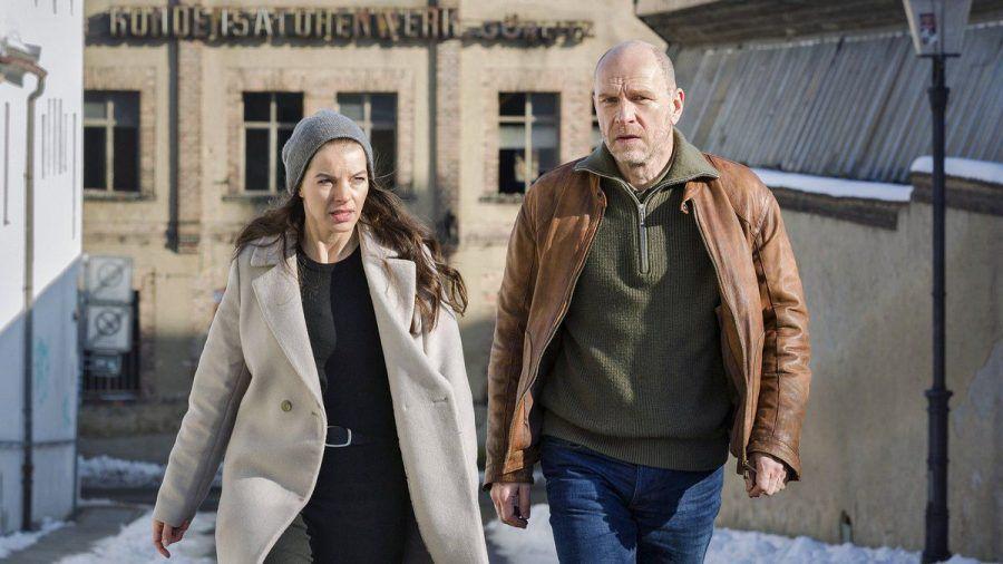 """""""Wolfsland: Heimsuchung"""": Viola Delbrück (Yvonne Catterfeld) und Burkhard """"Butsch"""" Schulz (Götz Schubert) ermitteln am ehemaligen Kondensatorenwerk. (cg/spot)"""