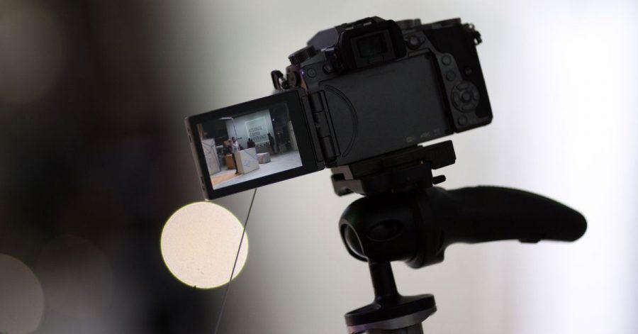 Eine spiegellose Systemkamera mit Wechselobjektiven ist für ambitionierte Hobbyfilmer eine gute Wahl.