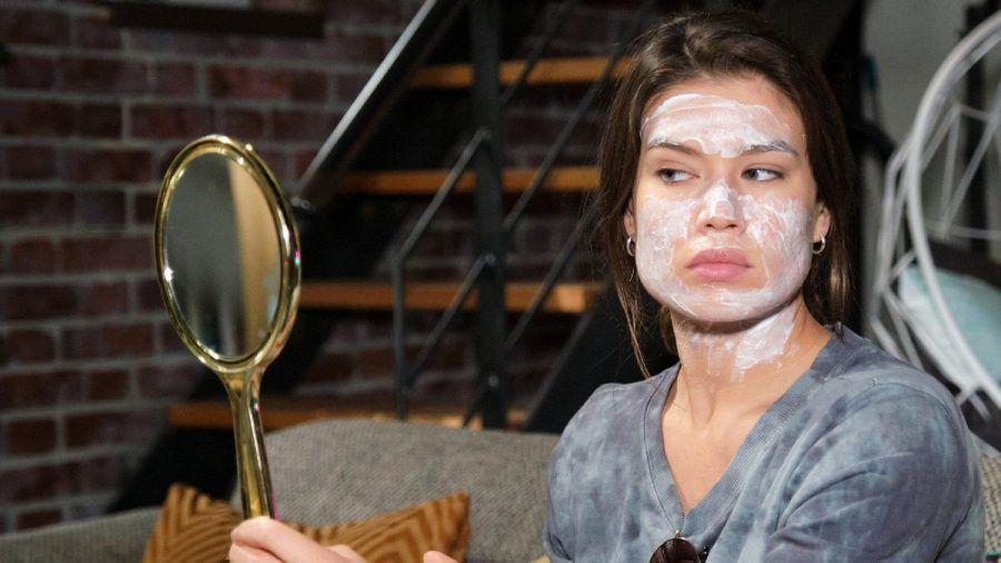 """""""Unter uns"""": Viviens Beauty-Experiment hat katastrophale Konsequenzen. (cg/spot)"""