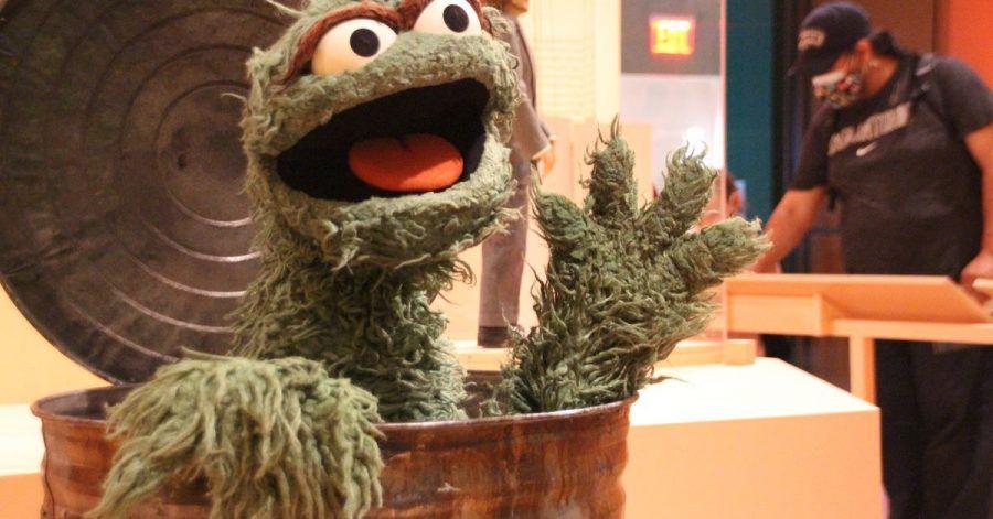 """In der Ausstellung - «Marionetten von New York» sitzt """"Oscar"""" aus der Sesamstraße in seiner Mülltonne."""