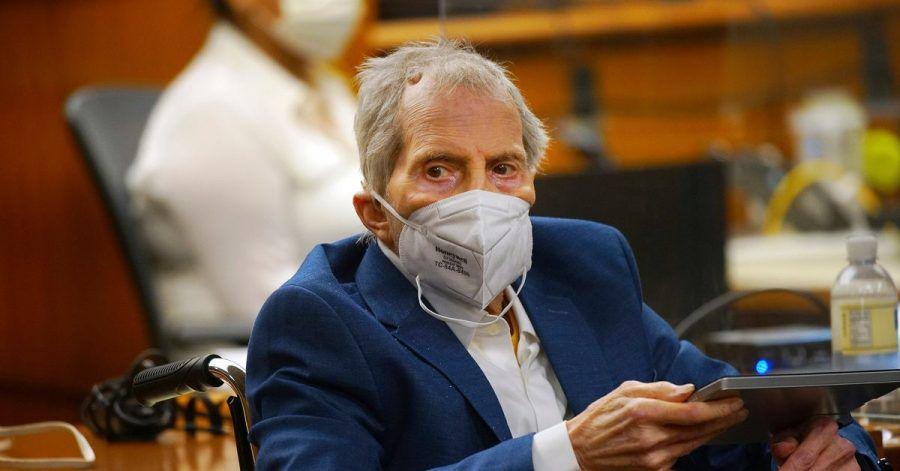 Robert Durst hört im Gerichtssaal den Eröffnungsplädoyers der Anwälte zu. Im Mordprozess gegen ihn hat der New Yorker Millionär am Montag in eigener Sache ausgesagt.