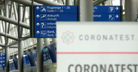 """Ein Schild mit der Aufschrift """"Coronatest"""" im Terminal vom Flughafen Leipzig-Halle."""