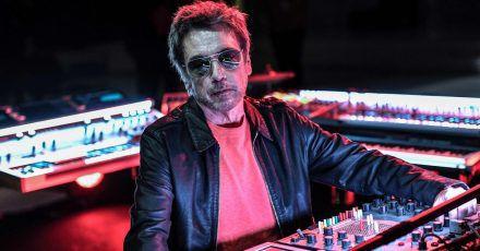 Der französische Musikkünstler Jean-Michel Jarre am Mischpult.