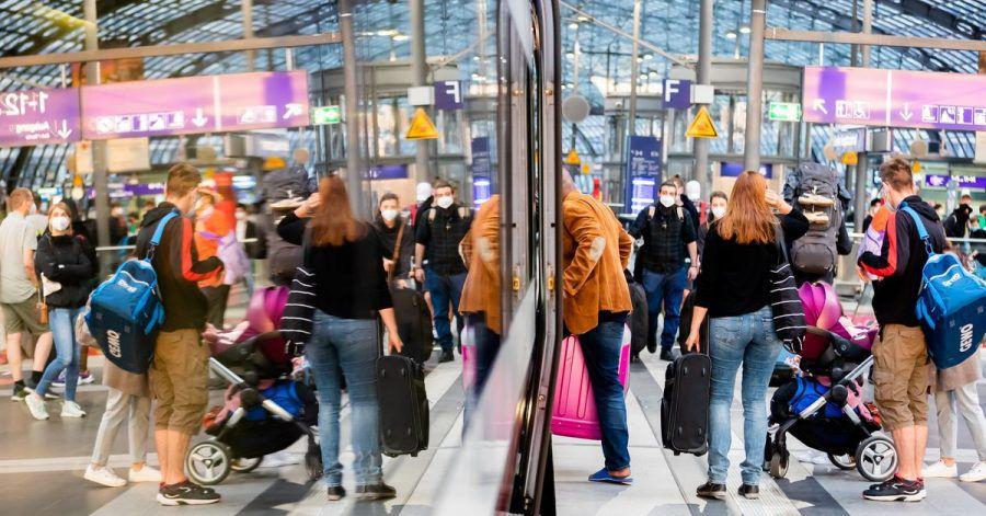 Fahrgäste steigen nach dem Streik am Berliner Hauptbahnhof in einen ICE ein.