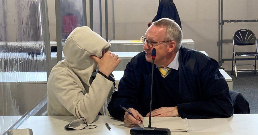 Ein Angeklagter (l) im Prozess um die Drogen-Plattform «Chemical Revolution» sitzt im Landgericht Gießen neben seinem Anwalt.