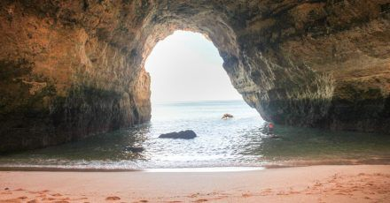 Fast winzig fühlt man sich in der kathedralenhaften Benagil-Höhle.