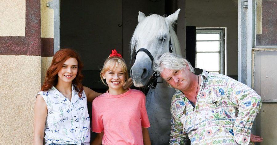 Die Schauspielerinnen Harriet Herbig-Matten (l-r) als Tina, Katharina Hirschberg als Bibi und Regisseur Detlef Buck mit der Schimmelstute Sabrina.